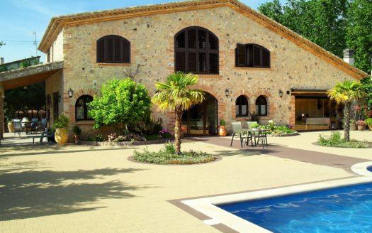 Torroella-pool-fassade